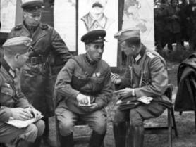 Німецькі та радянські військові після вторгнення на територію Польщі військ Німеччини та СРСР. Брест, 22 вересня 1939 року