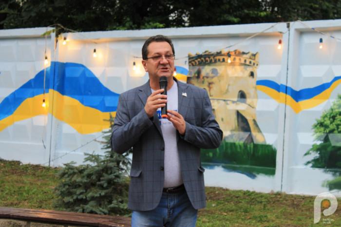 Міський голова Острога Юрій Ягодка. На фоні - новостворений мурал