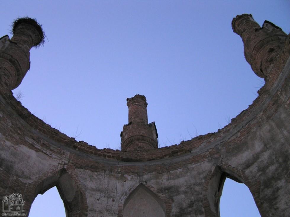 Каплиця Сосновського поміж замкових руїн. Фото з Вікіпедії