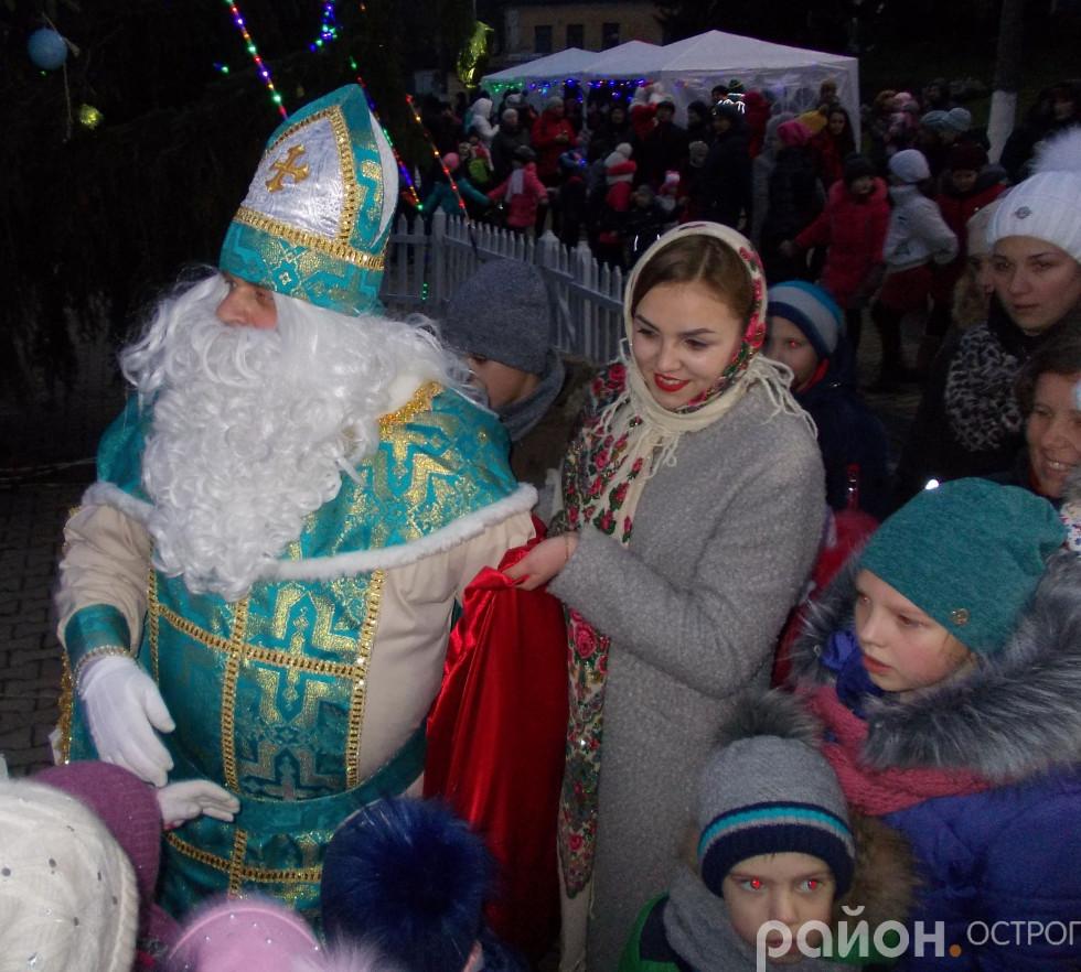 Миколай вручає подарунки дітям