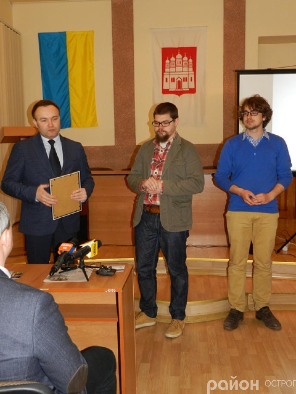 Олександр Корнійчук нагороджує переможців конкурсу на кращий туристичний логотип та гасло міста