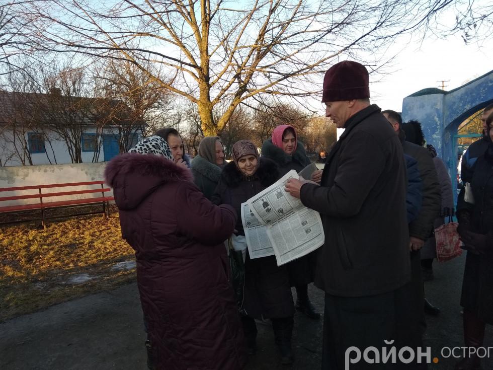 Отець Юрій Лукашик роздає літературу про Томос і Православну церкву України
