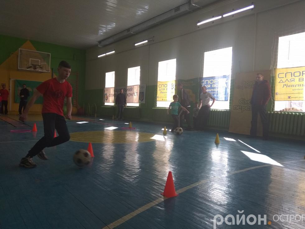 Естафета з футбольним м'ячем