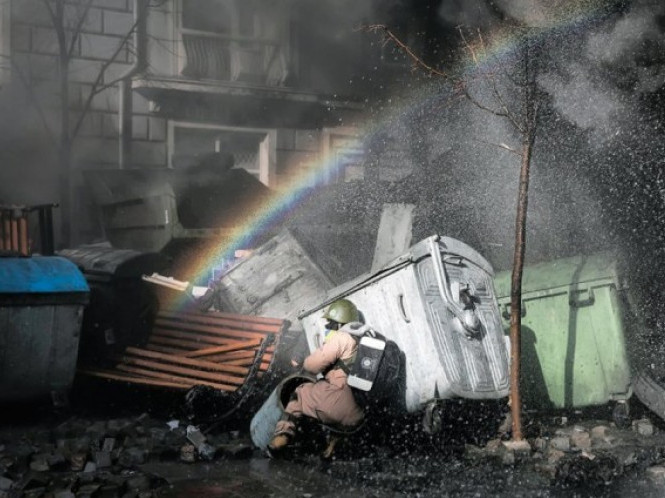 18 лютого, веселка крізь барикади. Фото porphyre.livejournal.com.