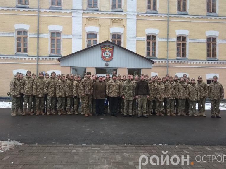 Курсанти військового ліцею біля навчального корпусу