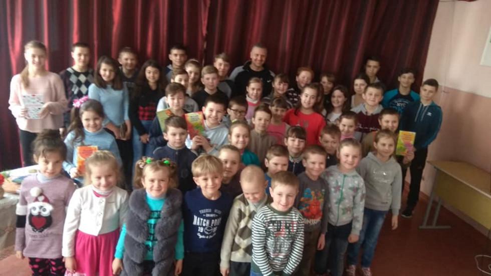 Сергій Гридін із юними читачами