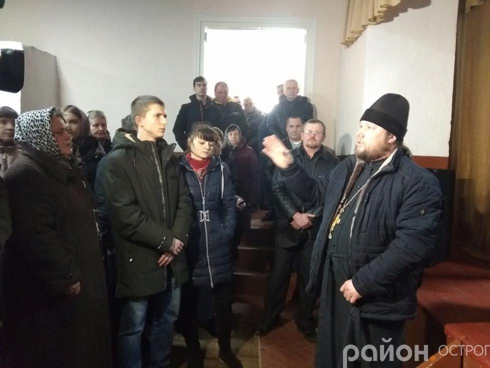 Священик і прихильники УПЦ МП перед виходом зі залу