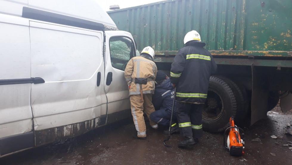 Рятувальники деблокували пасажира авто