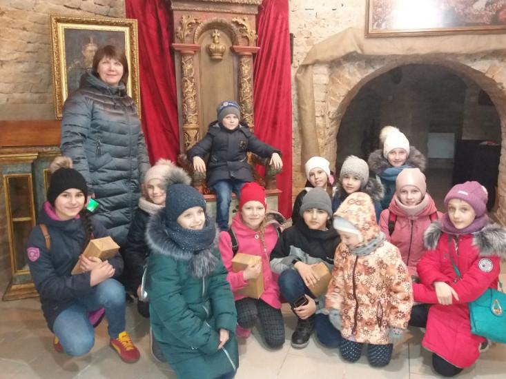 Юні екскурсанти в Мистецькій галереї