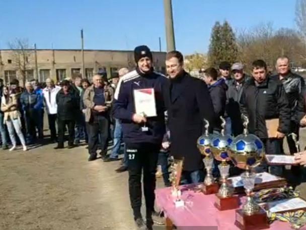 Олександр Марченко отримує нагороду
