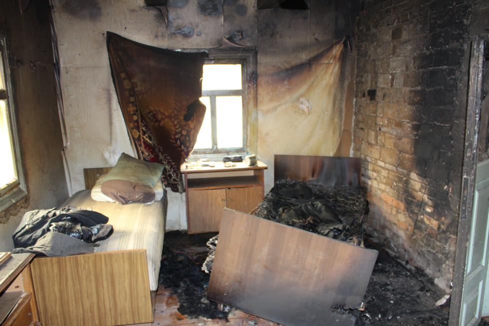 Вогонь виник у житловій кімнаті дерев'яного будинку