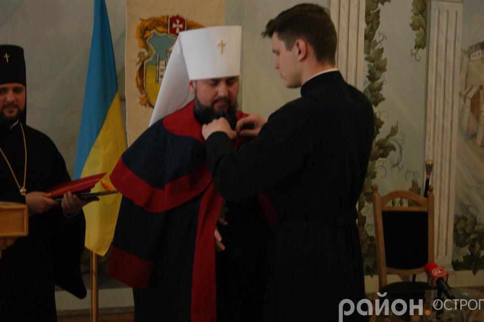 Митрополит отримує мантію почесного доктора НаУОА