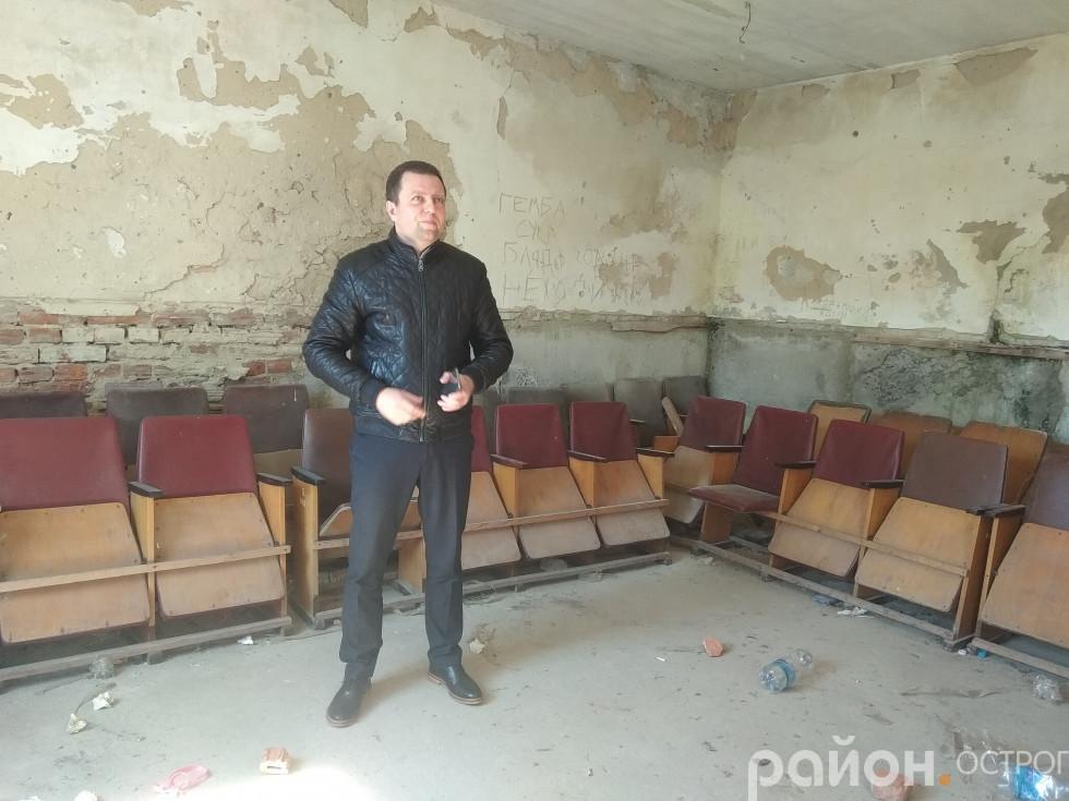 Віталій Ундір оглядає місце реконструкції
