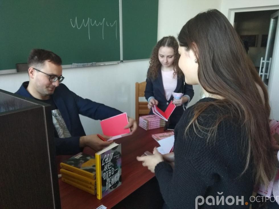 За книгами й автографами