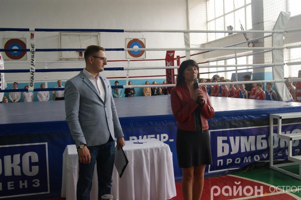 Учасників турніру вітає Оксана Ситницька