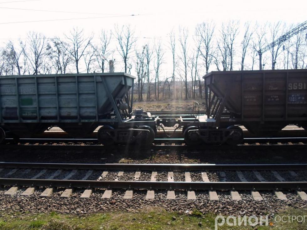 Рухається вантажний потяг