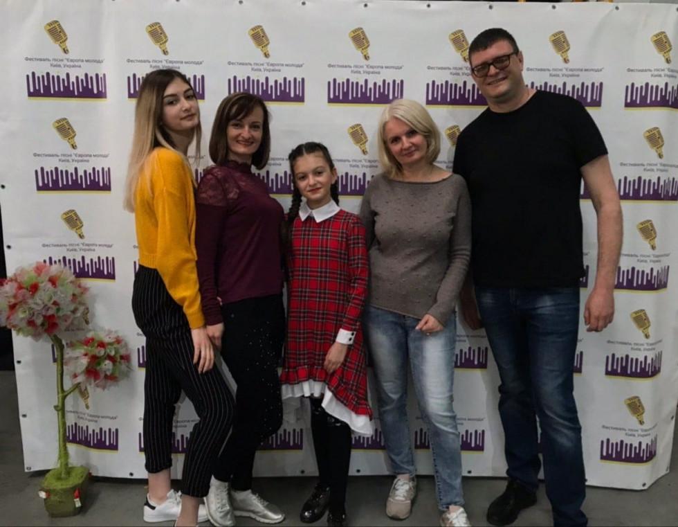 Родина Свинарчуків із директором фестивалю Тетяною Апанасенко