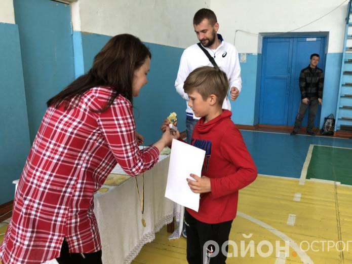 Нагороджують чемпіона серед дітей Тараса Форманюка