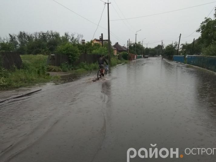 Острог під час зливи (фото з архіву сайту)