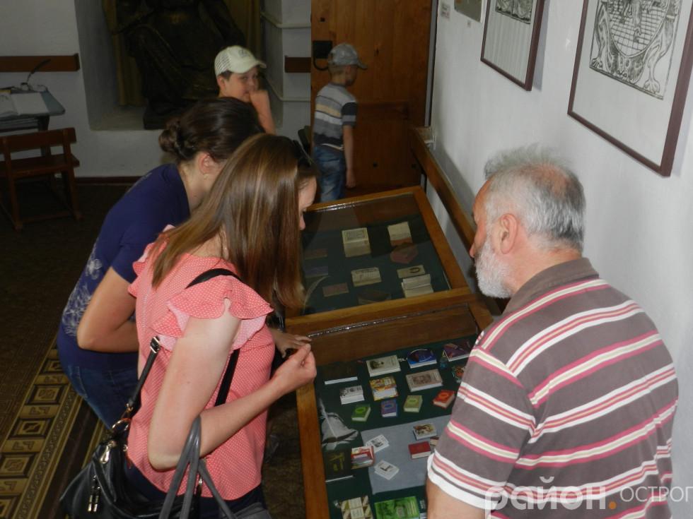 Відвідувачі розглядають колекцію книжкових мініатюр