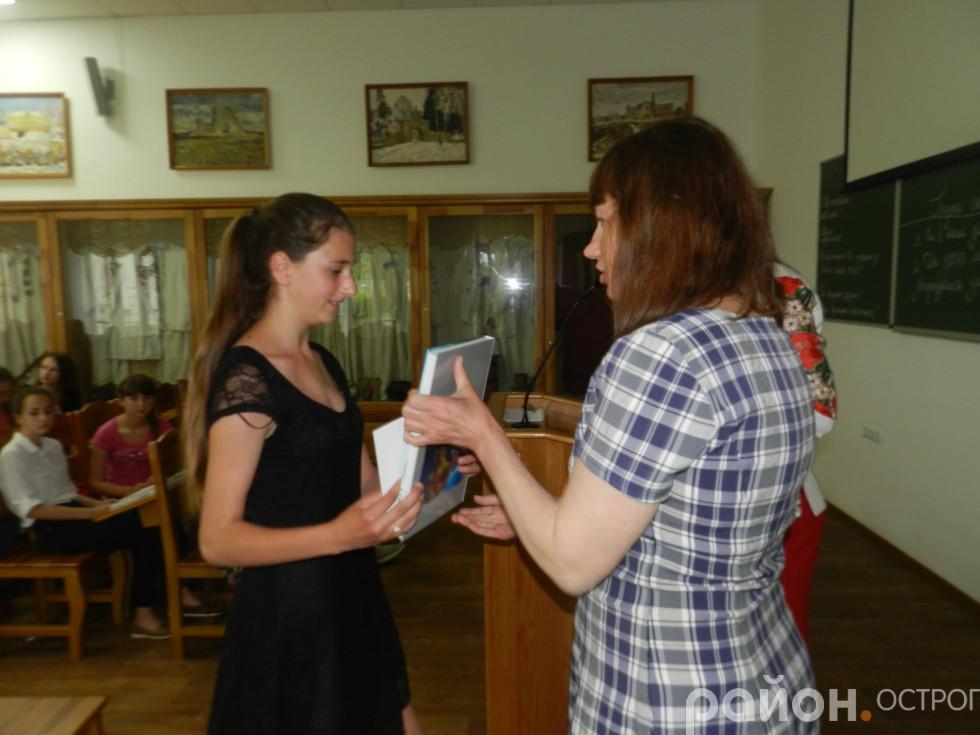Учасникам уручили книги та сертифікати