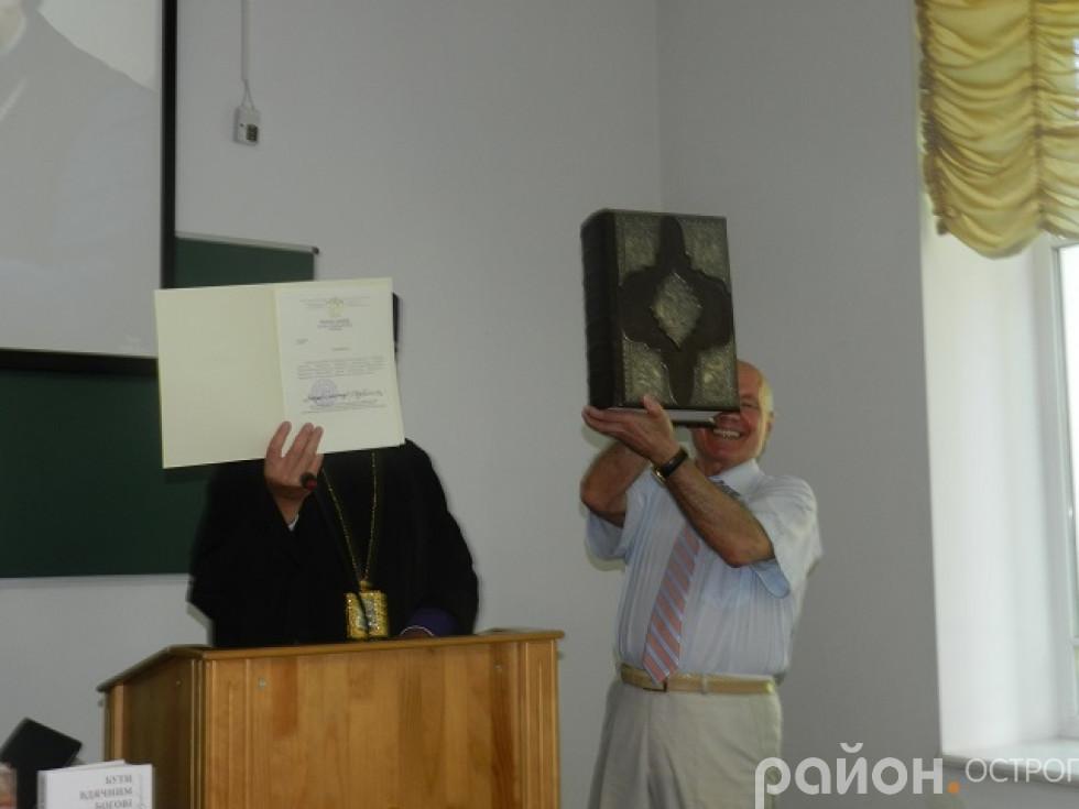 Митрополит Олександр документально засвідчує дарування