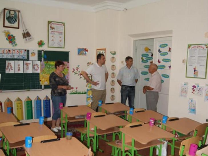 Віталій Ундір оглядає приміщення Могилянівської ЗОШ