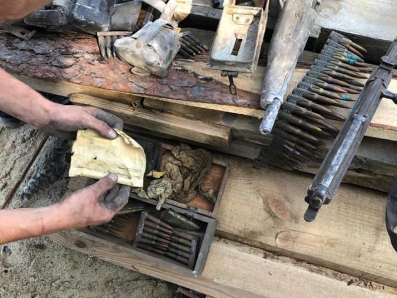 В Острозі знайшли зброю та листівки середини ХХ століття