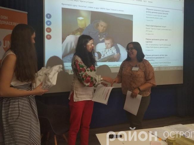 Інна Собко отримує сертифікат від організаторок