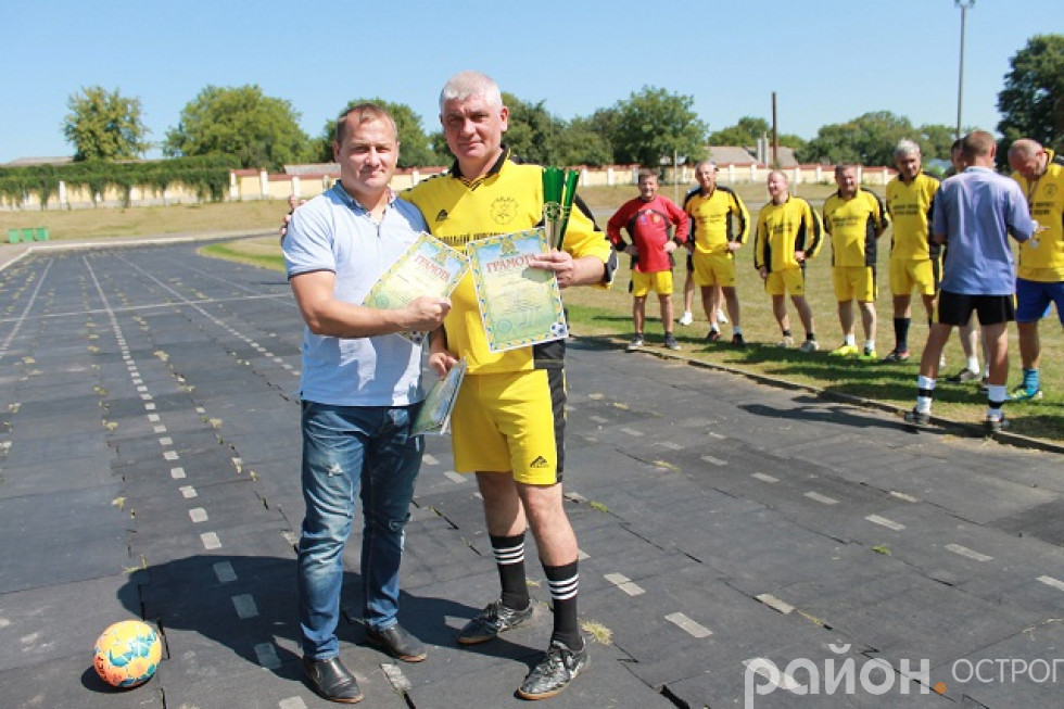 Анатолій Озімковський і капітан ФК «Острог» Валентин Кочиш зі срібними нагородами