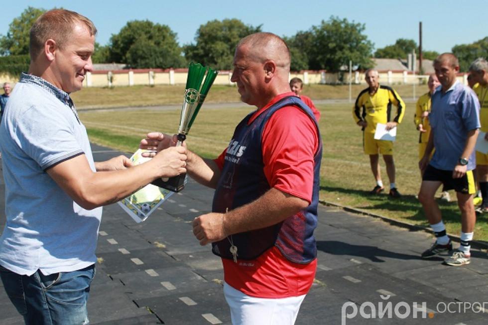 Кубок отримує капітан ФК «Розваж» Валентин Стрілець