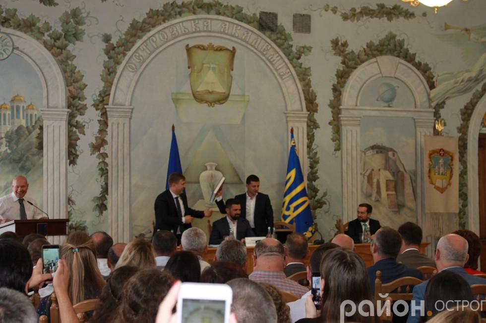 Президент приймає символічні подарунки Острозької академії