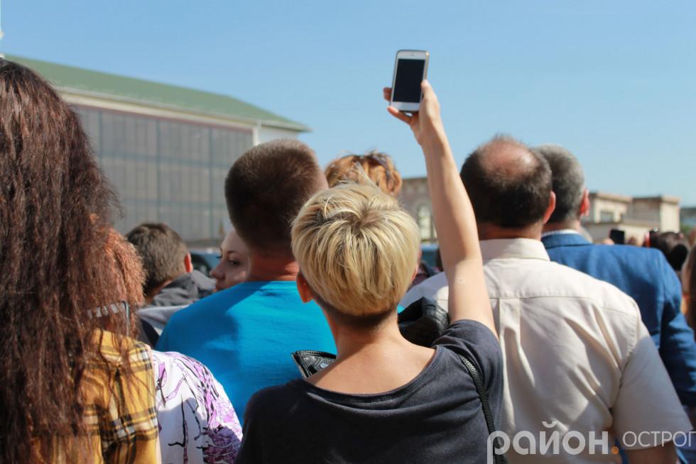 Погляд через смартфон