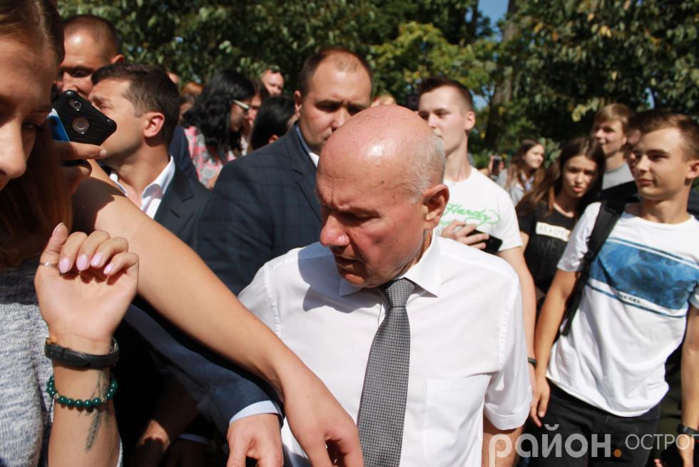 Подвійний захист - від ректора й президента відгороджують дві пари рук