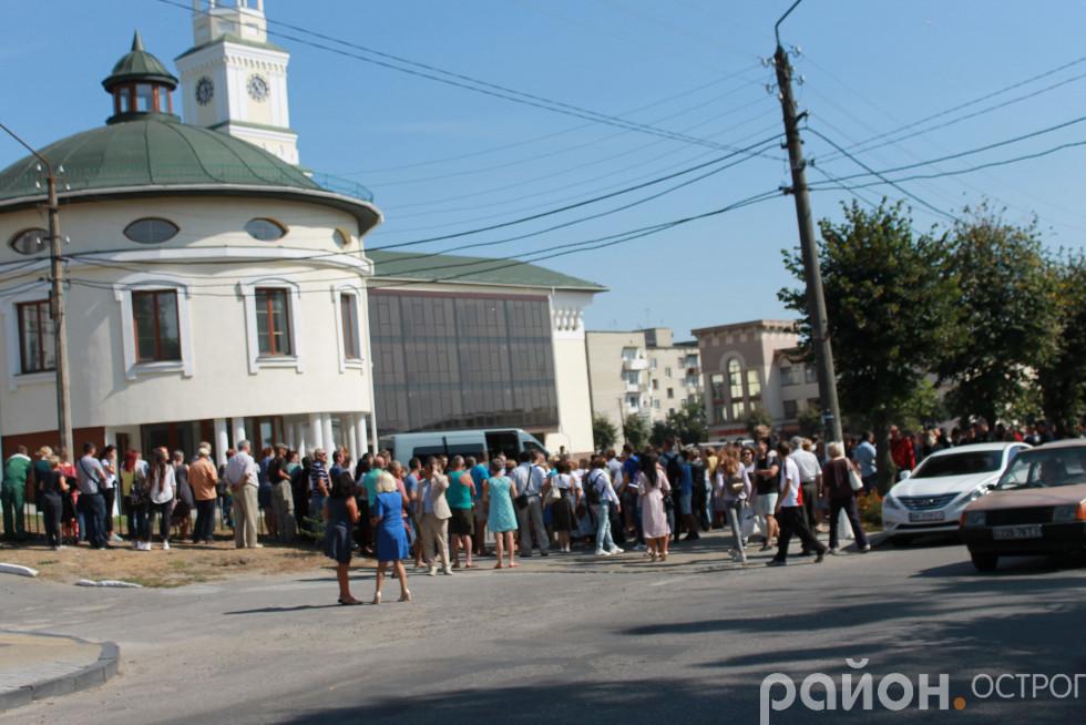 Чимало острожан чекало Зеленського біля нового корпусу