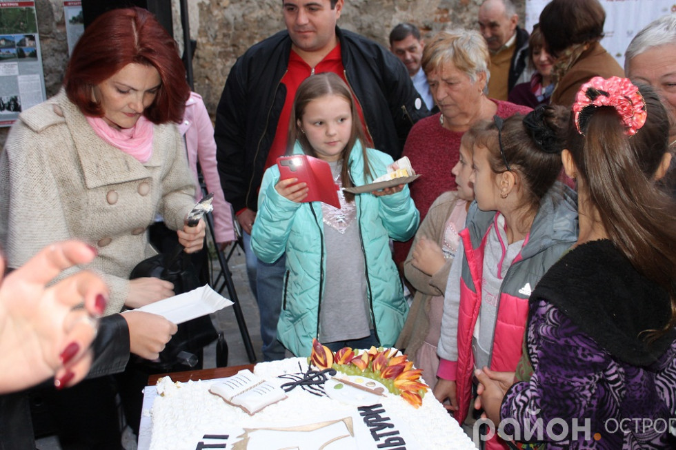 Діти прийшли по іменинний торт