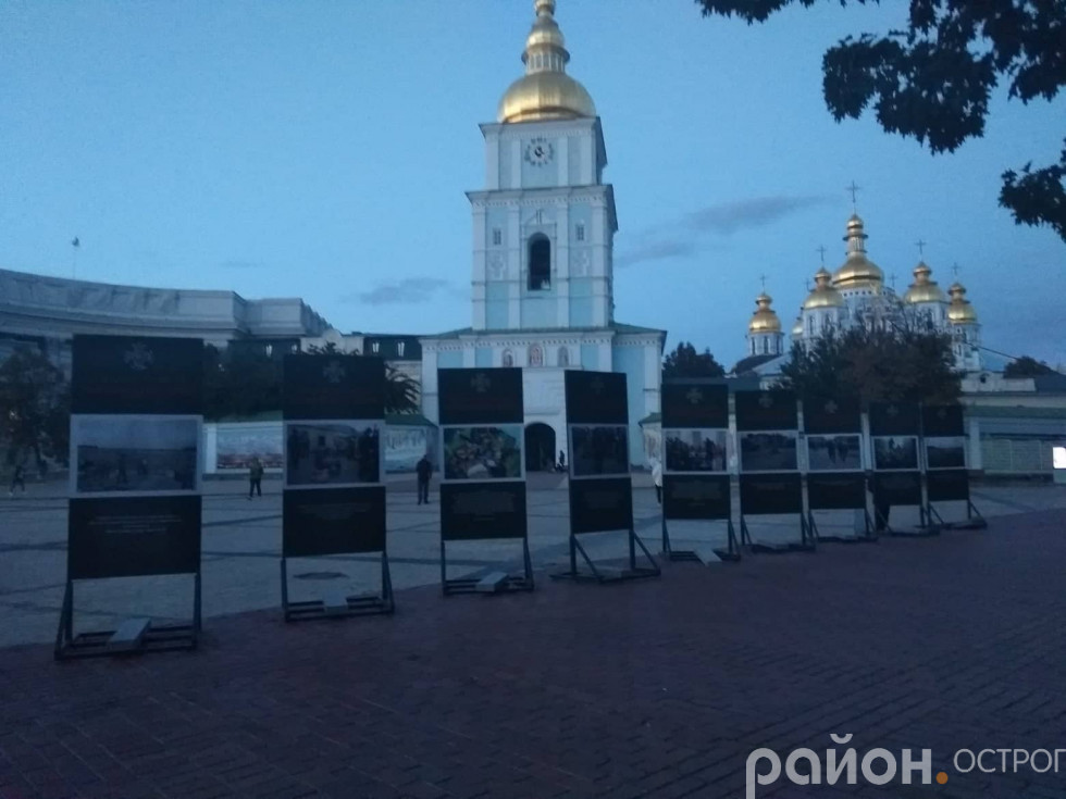 Стенди фотовиставки на фоні Михайлівського золотоверхого монастиря