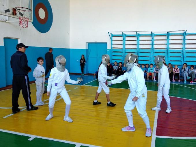 Школярі Рівненщини й Хмельниччини спільно вправлялися у фехтуванні