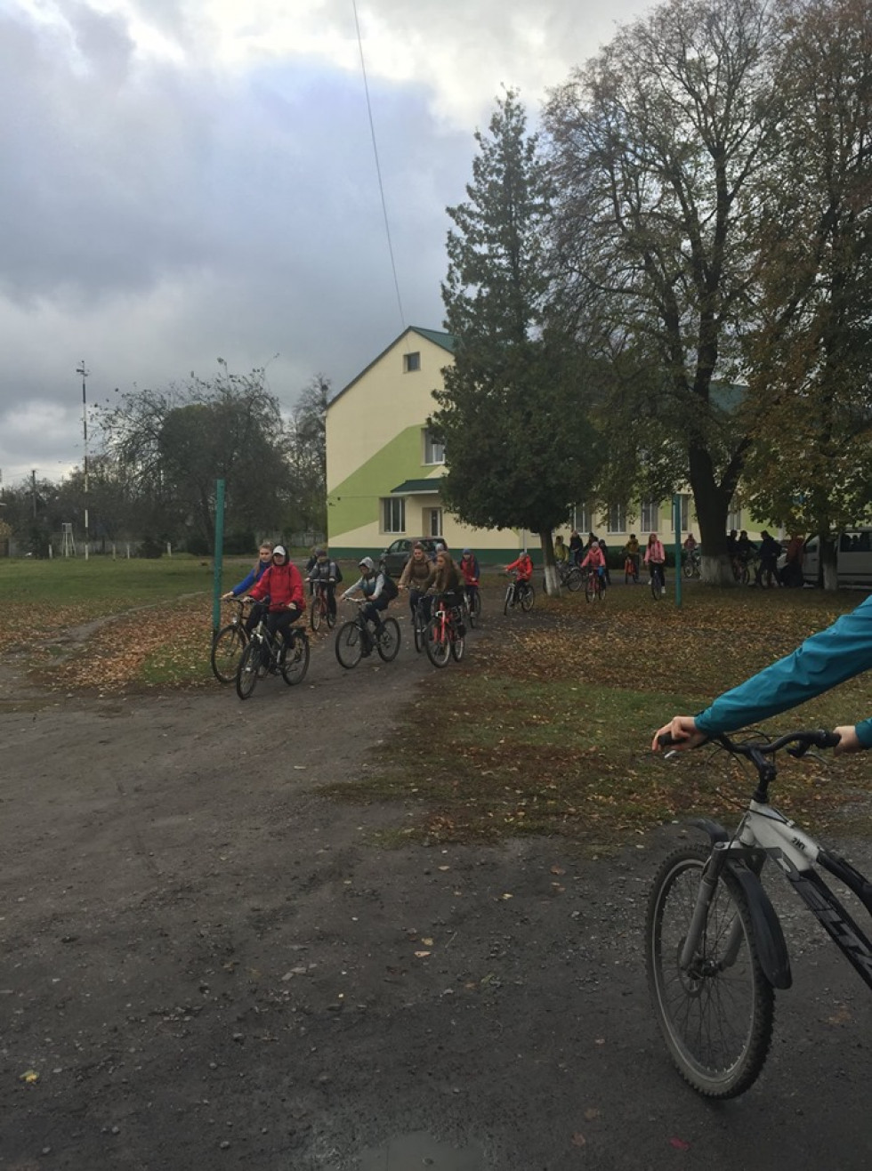 Велосипедисти рушають від Межиріцької ЗОШ