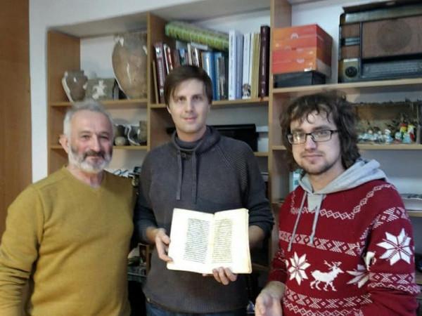 Михайло Якубович (у центрі) з подарунком