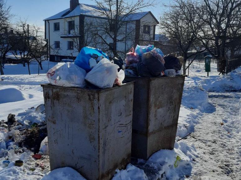 Контейнери для сміття неподалік Острозького районного суду