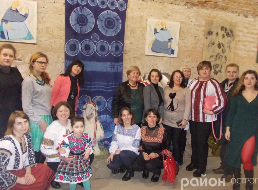 Спільне фото митців, чиї твори представлено на виставці