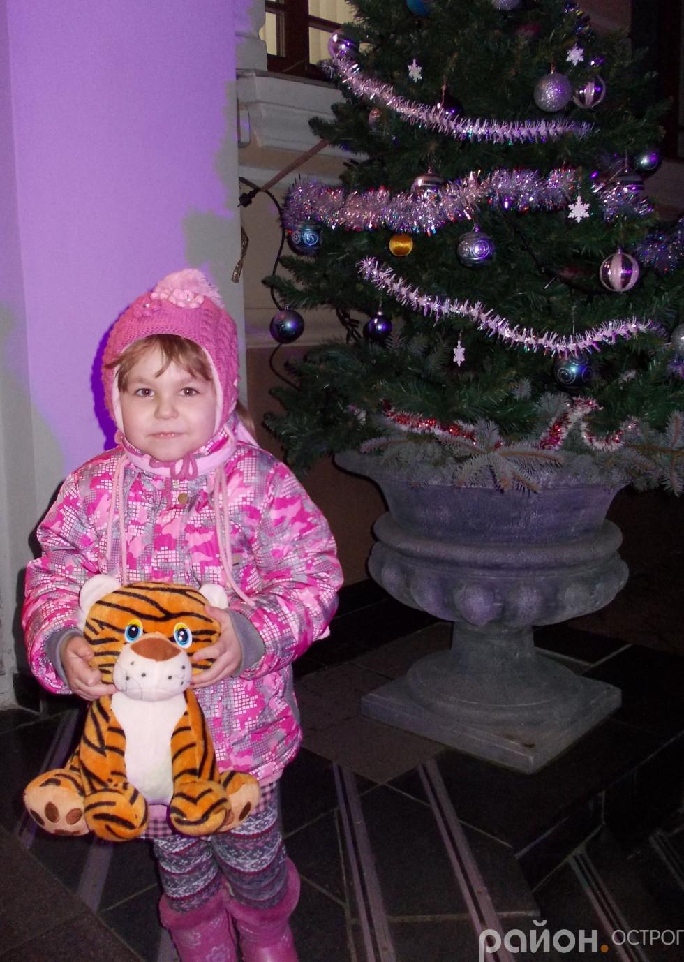 Біля новорічної ялинки