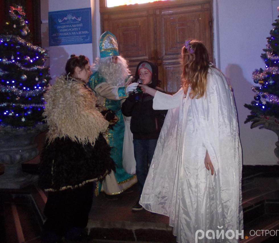 Діти читають вірші для Святого Миколая