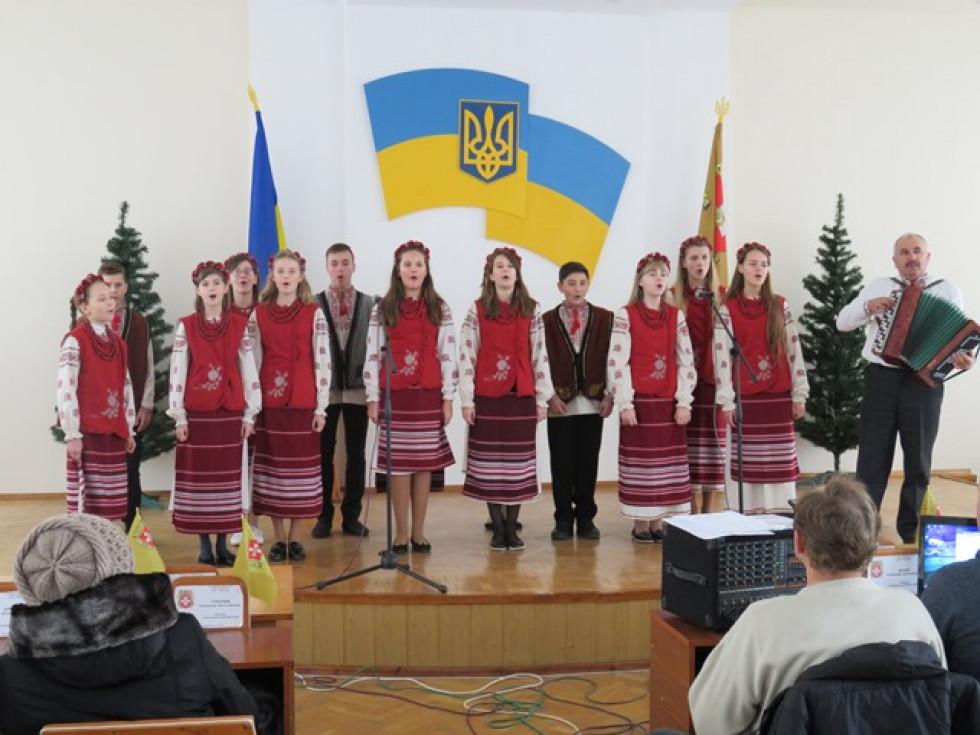 Цікаву розважальну програму для гостей свята організували працівники районного будинку культури.