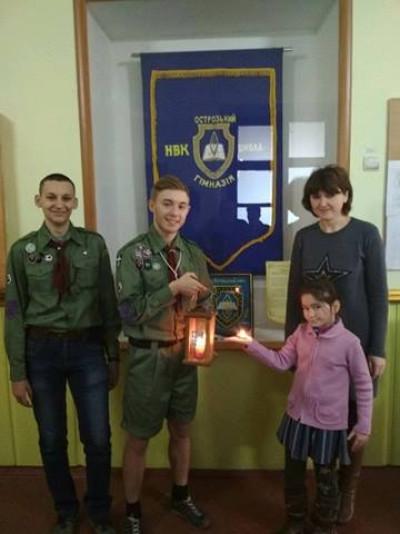 Пластуни передали Вифлеємський Вогонь для учнів Острозької гімназії
