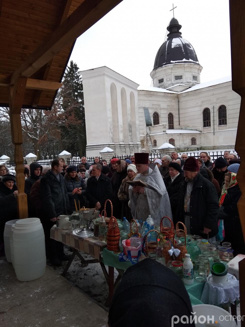 Отець Юрій (Лукашик) виконує чин Великого освячення води в Свято-Миколаївській церкві