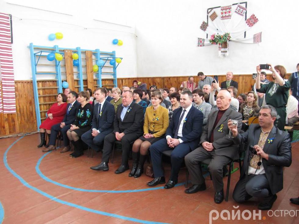 Гості урочистостей з нагоди Дня Соборності України у сМежирічі