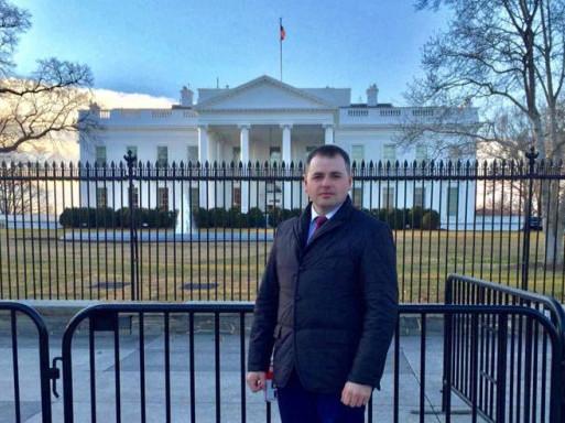 Іван Сопіга біля Білого Дому у Вашингтоні