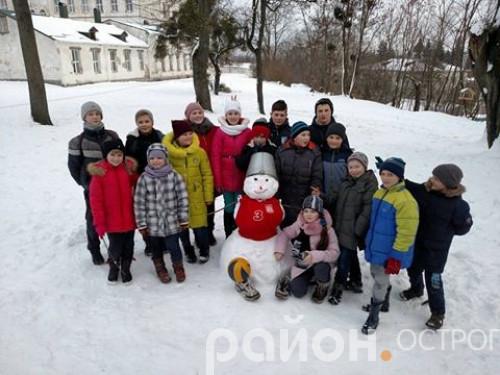 Сніговик -  новий гравець острозької волейбольної команди